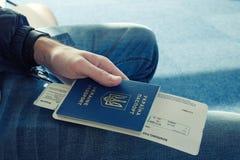 Giovane in jeans che tengono passaporto straniero disponibile dell'Ucraina immagini stock libere da diritti