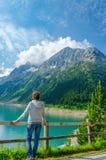 Giovane lago azzurrato turistico della montagna in alpi, Austria Immagini Stock Libere da Diritti