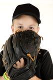 Giovane lanciatore di baseball del ragazzo che scruta sopra il guanto pronto a lanciare fotografia stock libera da diritti