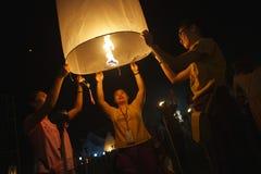 Giovane lanterna di lancio del cielo della gente tailandese Fotografie Stock Libere da Diritti