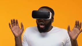 Giovane lasciato prendere dal panico che decolla il dispositivo del vr, simulazione cyber di realtà, innovazione video d archivio