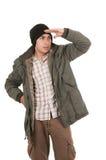 Giovane latino che indossa il cappotto verde di inverno ed a Fotografie Stock Libere da Diritti