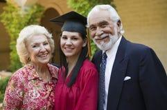 Giovane laureato della femmina con i nonni Fotografia Stock