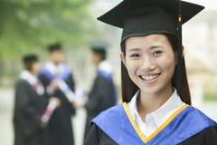 Giovane laureato femminile dell'università, fine sul ritratto Immagini Stock Libere da Diritti