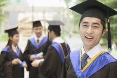 Giovane laureato maschio dell'università, fine sul ritratto Immagini Stock