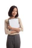 Giovane lavagna per appunti asiatica della tenuta della donna di affari Fotografia Stock Libera da Diritti