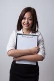 Giovane lavagna per appunti asiatica della tenuta della donna di affari Immagini Stock