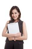Giovane lavagna per appunti asiatica della tenuta della donna di affari Fotografie Stock Libere da Diritti