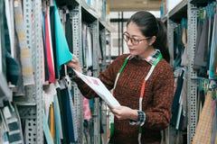 Giovane lavoratore femminile professionista della società dell'abbigliamento Fotografia Stock