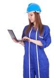 Giovane lavoratrice con il computer portatile Fotografie Stock Libere da Diritti