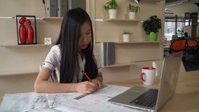 Giovane lavoratrice professionista nell'agenzia video d archivio