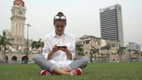 Giovane lavoro della donna di affari sul telefono cellulare, scrivente messaggio archivi video