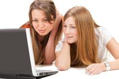 Giovane lavoro felice della ragazza dell'allievo due sul computer portatile Immagine Stock Libera da Diritti