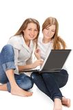 Giovane lavoro felice della ragazza dell'allievo due sul computer portatile Fotografie Stock Libere da Diritti