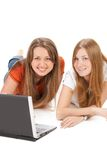 Giovane lavoro felice della ragazza dell'allievo due sul computer portatile Immagini Stock Libere da Diritti