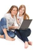 Giovane lavoro felice della ragazza dell'allievo due sul computer portatile Fotografia Stock