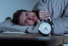 Giovane a letto con la sensibilit? della sveglia disperata e l'emergenza non capace di dormire con insonnia fotografie stock