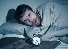 Giovane a letto con la sensibilit? della sveglia disperata e l'emergenza non capace di dormire con insonnia immagini stock libere da diritti