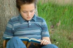 Giovane lettore affamato per conoscenza Fotografie Stock