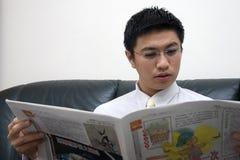 Giovane lettura asiatica dell'imprenditore Fotografia Stock