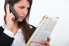 Giovane lettura della donna di affari Immagine Stock Libera da Diritti