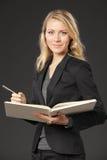 Giovane lettura femminile Fotografia Stock Libera da Diritti