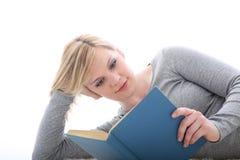 Giovane lettura o studio dell'allievo Immagine Stock Libera da Diritti