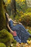 Giovane lettura romantica della donna Fotografia Stock
