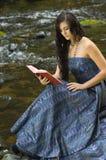 Giovane lettura romantica della donna Immagini Stock Libere da Diritti