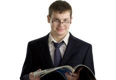 Giovane lettura sicura dell'uomo d'affari Fotografia Stock