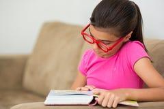 Giovane lettura teenager della ragazza Fotografie Stock Libere da Diritti
