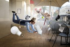 Giovane levitante allegro sorridente Media misti immagine stock