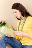 Giovane libro di lettura della ragazza dell'allievo nel paese Immagini Stock
