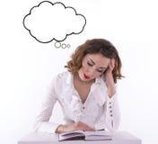 Giovane libro di lettura stanco della studentessa Immagine Stock