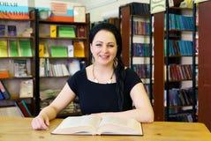 Giovane libro di modello sveglio della tenuta della ragazza alla biblioteca Fotografia Stock