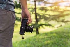 Giovane macchina fotografica maschio della tenuta della mano, concetto del fotografo fotografia stock libera da diritti