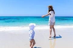 Giovane madre adorabile divertendosi con la piccola figlia alla spiaggia tropicale Immagine Stock Libera da Diritti