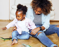 Giovane madre afroamericana dolce adorabile con piccolo daugh sveglio Immagine Stock