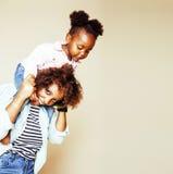 Giovane madre afroamericana dolce adorabile con piccolo daugh sveglio Fotografia Stock Libera da Diritti