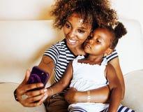 Giovane madre afroamericana dolce adorabile con piccolo daugh sveglio Fotografie Stock