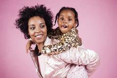 Giovane madre afroamericana graziosa con la piccola figlia sveglia h Immagini Stock