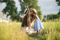 Giovane madre alla moda con la camminata della ragazza del bambino Fotografia Stock