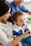 Giovane madre che alimenta il suo bambino Fotografie Stock Libere da Diritti