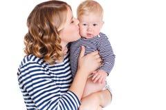 Giovane madre che gioca con il suo piccolo figlio Fotografia Stock