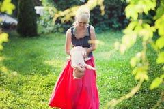 Giovane madre che gioca con la sua piccola figlia sulla natura Fotografia Stock