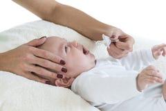 Giovane madre che prova a darla a manichino del bambino s neonata Fotografia Stock Libera da Diritti