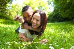 Giovane madre che ride con suo figlio all'aperto Fotografie Stock