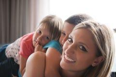 Giovane madre che spende tempo con i bambini sul pavimento Fotografia Stock