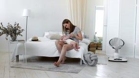 Giovane madre che tiene il suo bambino neonato Bambino di professione d'infermiera della mamma La donna ed il ragazzo neonato si  video d archivio