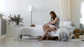 Giovane madre che tiene il suo bambino neonato Bambino di professione d'infermiera della mamma La donna ed il ragazzo neonato si  archivi video